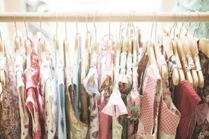 vestidos de menina floral padrão na loja foto