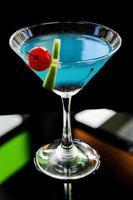 Coquetel de Curaçao Azul com Cereja e Limão foto