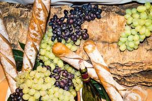 uvas e folhas de vinho branco foto