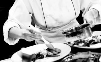 chef preparando comida, chef cozinhando em uma cozinha, preto e branco foto