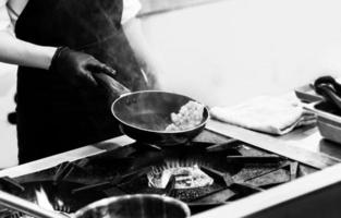 chef preparando comida, chef cozinhando em uma cozinha, chef trabalhando foto