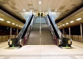 escada na estação de trem do céu, escadas rolantes e escadas na estação de trem foto