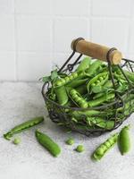 vagens de ervilhas verdes frescas e ervilhas verdes com brotos foto