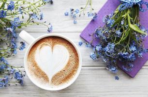 flores não-me-esqueças, café e caderno foto