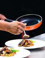 chef preparando comida na cozinha, chef cozinhando, chef decorando prato foto
