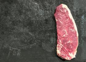 bife de lombo de lombo recém cortado pronto para grelhar, copie o espaço foto