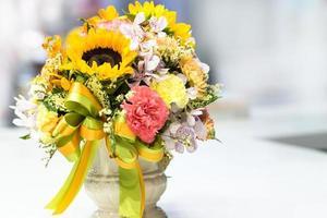 lindo buquê de flores coloridas, arranjo floral foto