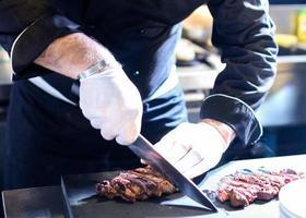 chef preparando comida, refeição, na cozinha, chef cozinhando foto