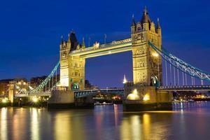 Tower Bridge à noite em Londres Reino Unido foto