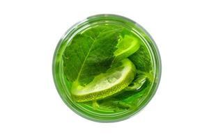 bebida verde fresca em um copo com hortelã. vista de cima foto