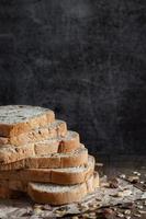 closeup fatias de pão de trigo integral em fundo escuro foto