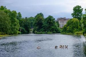 Parque St. James em Londres em uma tarde nublada foto