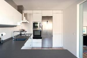 bela cozinha moderna em branco e preto. Madri foto