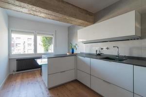 linda cozinha branca com uma grande janela foto