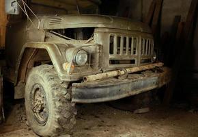velho caminhão verde do exército fecha à noite foto