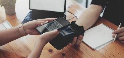 close-up de um cliente asiático usando seu cartão de crédito para deslizar com edc foto