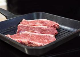 filé de carne na grelha cozinhando bifes de carne na cozinha foto