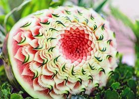 esculturas de frutas e vegetais, decoração com esculturas de frutas tailandesas foto
