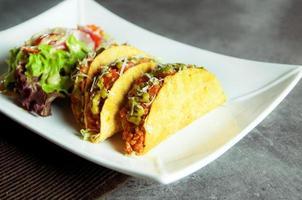 comida mexicana taco com casca de tacos de carne moída com salada foto