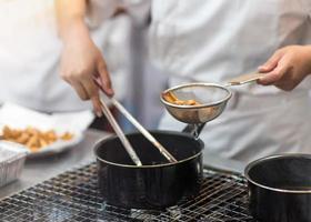 chef está cozinhando batatas fritas na cozinha, batatas fritas foto