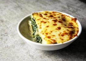 lasanha de espinafre com queijo à italiana, lasanha vegetariana foto