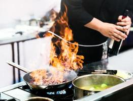 chef cozinhando, chef preparando comida na cozinha foto