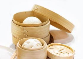 pão de porco cozido no vapor chinês, pão de porco cozido no vapor servido em uma cesta de madeira foto