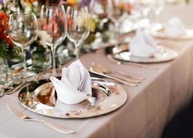 configuração de mesa para um evento de casamento ou jantar, com flores foto