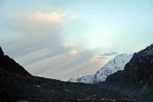 nuvens atrás das montanhas foto