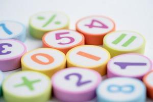 número matemático colorido em fundo branco foto