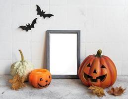 mock up frame com jack o lantern e decoração de abóbora em uma mesa. foto