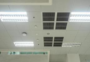 máscara de iluminação de ar condicionado e equipamentos modernos no teto foto