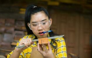 mulher segurando uma régua e um lápis enquanto faz marcas foto