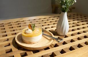 torta de queijo com limão servida na mesa de café foto