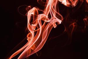 fumaça flutuando em fundo escuro foto