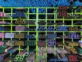 prateleiras de diferentes produtos de metal e tubos de pvc, tubos de pvc foto