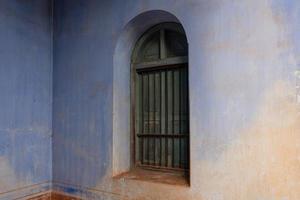 janela verde em antigo prédio retro foto