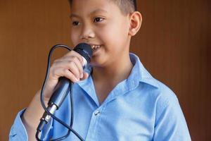 meninos com microfone aprendem a cantar foto