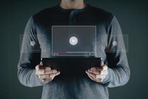 homem usa tablet para assistir a vídeos na internet, streaming online. foto