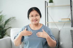 mulher surda deficiente usa linguagem de sinais para se comunicar com outras pessoas. foto