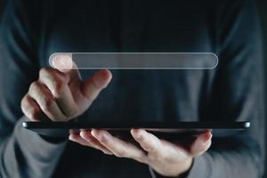 homem usa o tablet para pesquisar informações com a barra de pesquisa. foto