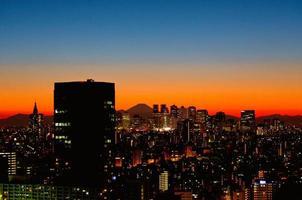 silhuetas de tokyo, subcentro de shinjuku e mt. Fuji foto