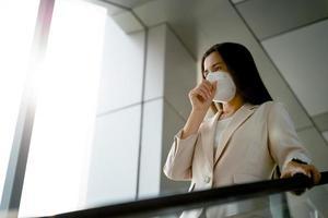mulher usando máscara facial n95 para proteger os vírus pm2.5 e covid19 foto