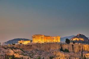 vista noturna do templo de partenon na acrópole de atenas, grécia foto