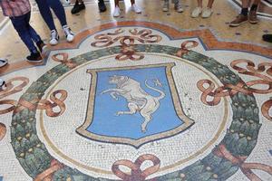 mosaico de um touro na galleria vittorio emanuele ii, milão foto
