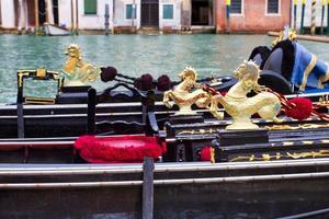 paisagem urbana tradicional de Veneza com canal estreito, gôndola foto
