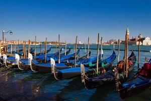 paisagem urbana tradicional de veneza com gôndola foto