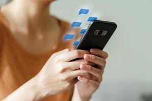 mulher usando smartphone digitando, conversando foto