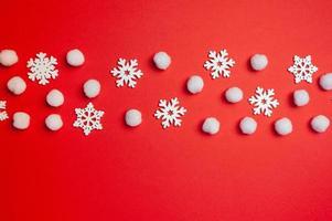 cartão de feliz ano novo de Natal com linha de flocos de neve no vermelho foto