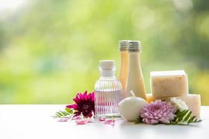 tratamentos florais de spa em mesa de madeira branca foto